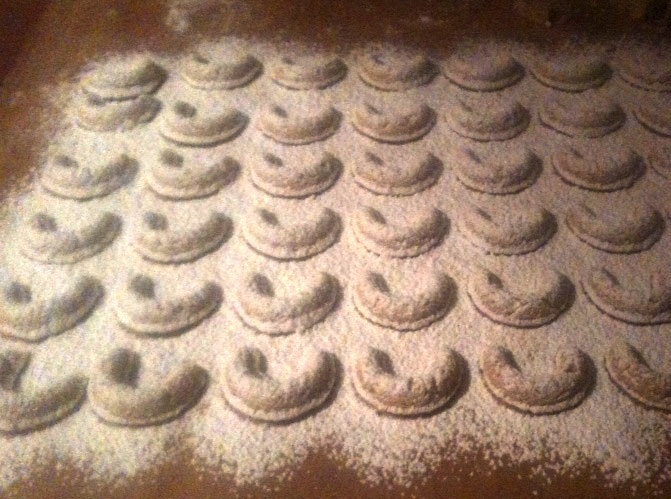 Dust the warm cookies in powdered sugar or coat in vanilla sugar